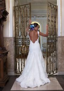 Foto einer Frau im Brautkleid mit tief ausgeschnittenem Rücken