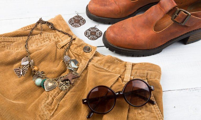 Hellbraune Cordhose, Schuhe und Accessoires
