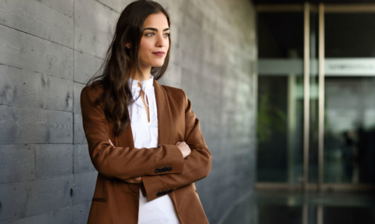 Junge Frau im Business-Outfit