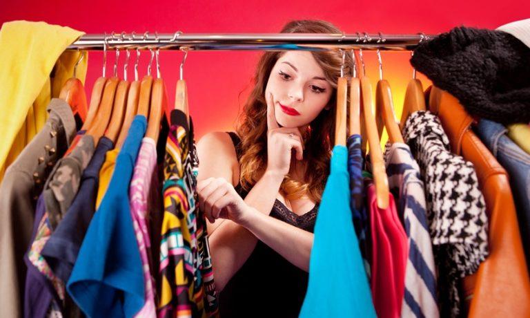 Junge Frau beim Auswählen des Outfits