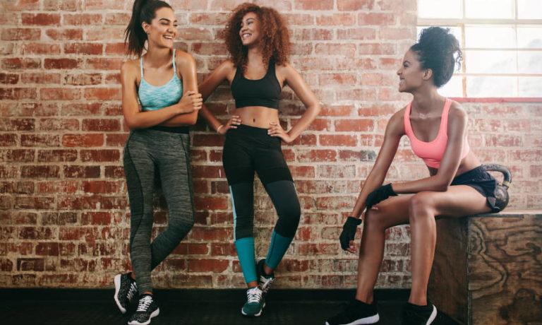 Drei Frauen in sportlicher Funktionsbekleidung