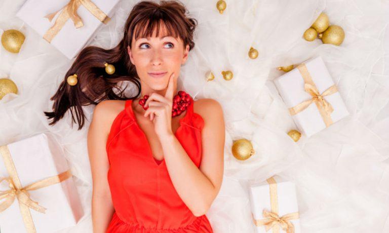 Nachdenkliche Frau umgeben von Geschenken