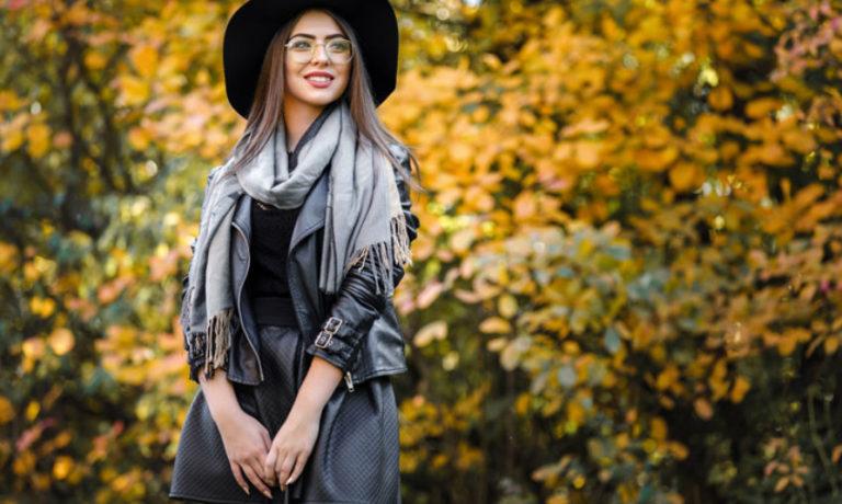 Frau im herbstlichen Look mit schwarzem Hut