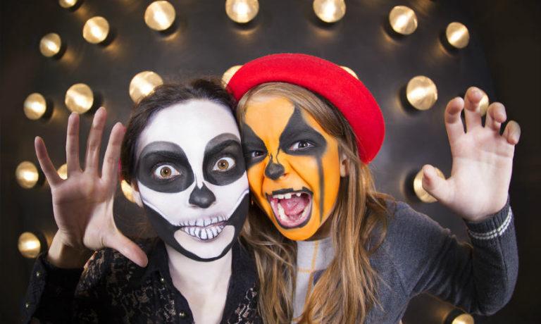 Halloween Kostüme selber machen - Frau und Mädachen mit gruselig geschminktem Gesicht
