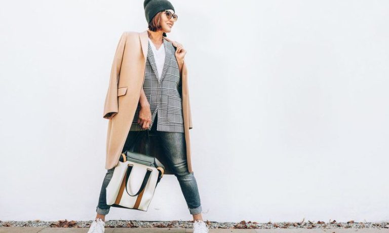 Modische Frau mit Mantel und Mütze