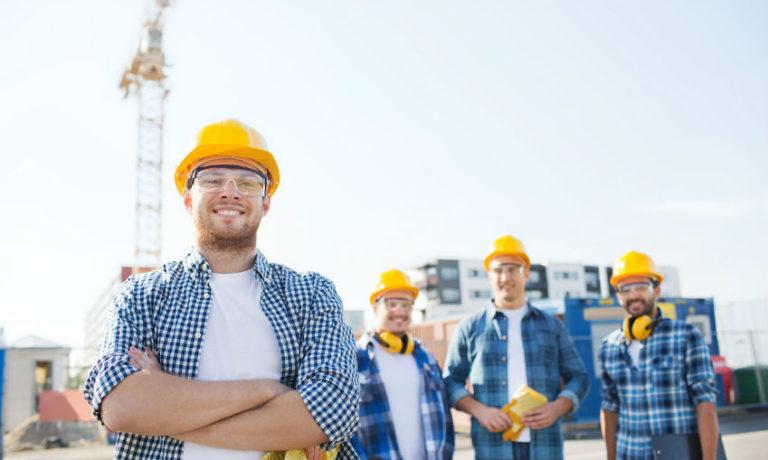 4 Männer in Baustellen-Berufsbekleidung