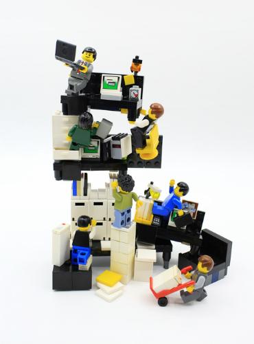 Lego Figuren die im Büro arbeiten