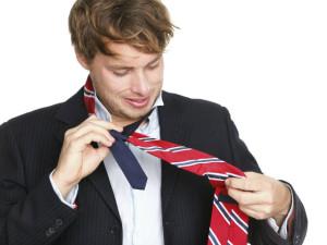 Mann beim Krawatte binden