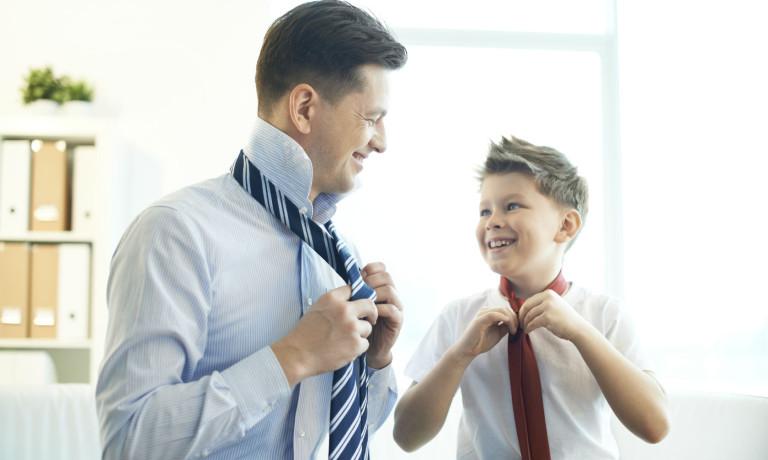 Mann bindet Krawatte