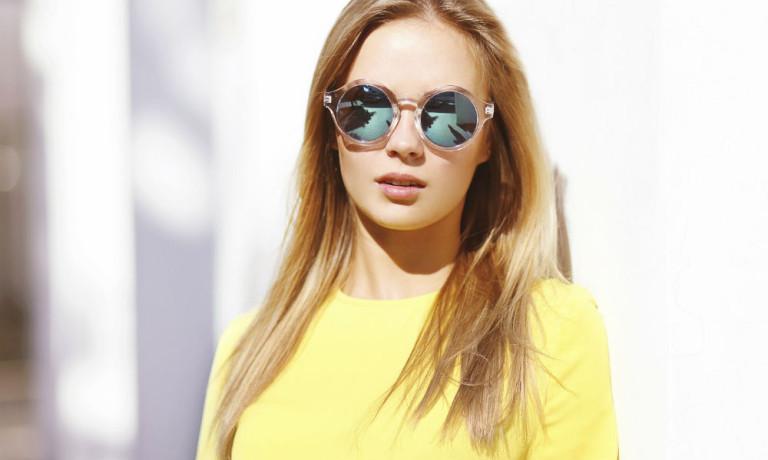 Model mit gelben Kleid