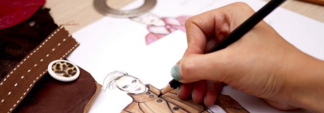 Modedesigner zeichnet Klamotten