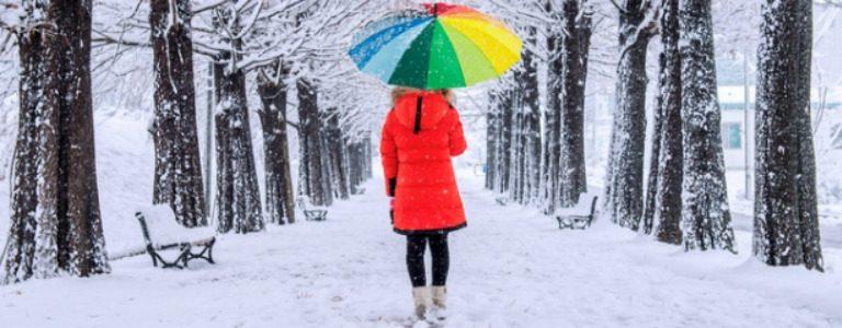 Frau mit farbiger Kleidung im Schnee