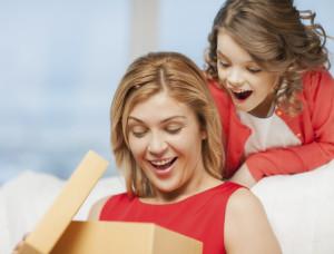 Mutter und Tochter werden mit Geschenken überrascht
