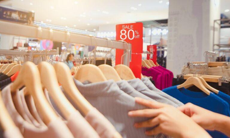 Klamotten mit einem Preisnachlass