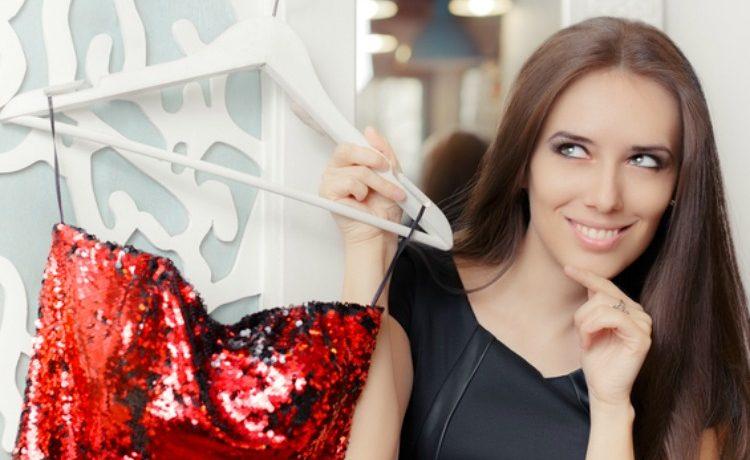Junge Frau zeigt rotes Paillettenkleid