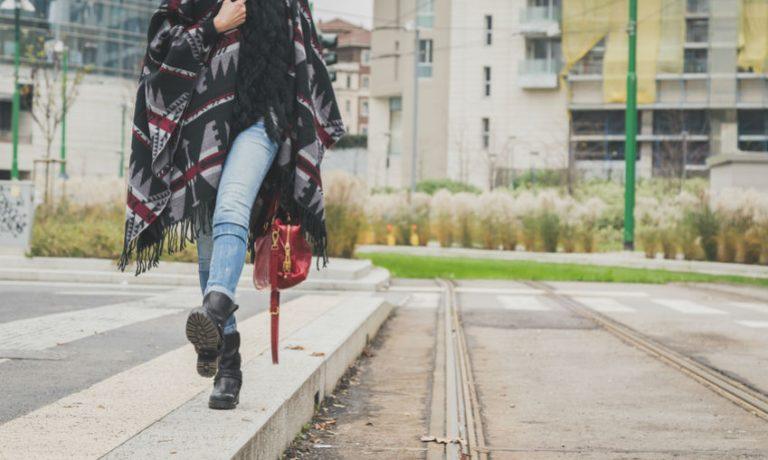 Frau in einem Poncho
