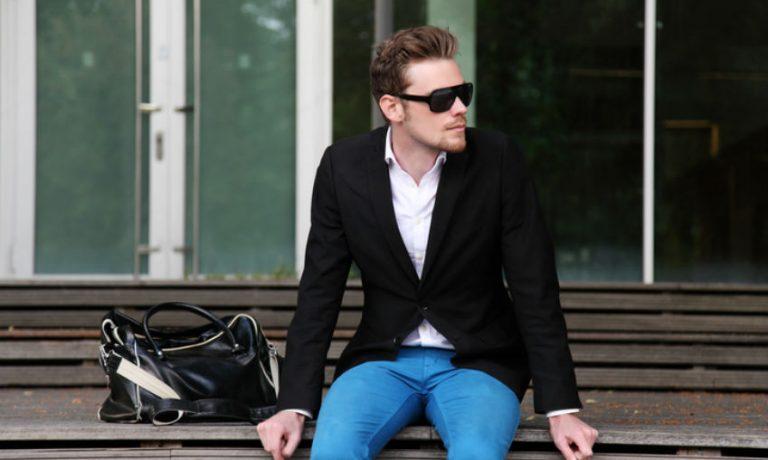 Mann in einer Kombination aus Sakko, Hemd und Jeans