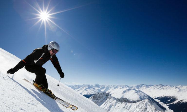 Skioutift - Was brauche ich zum Skifahren - männlicher Skifahrer auf der Piste
