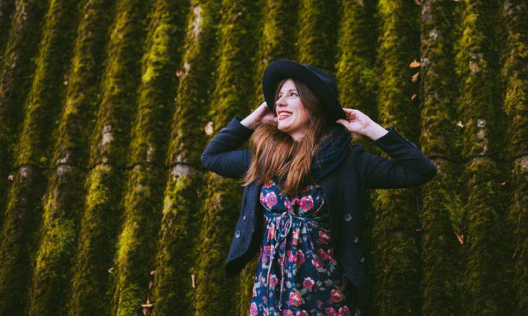 Frau im Blumen Sommerkleid mit Jacke und Hut - Sommerkleider im Herbst tragen