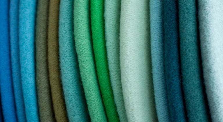 Stoffe in verschiedenen Grüntönen
