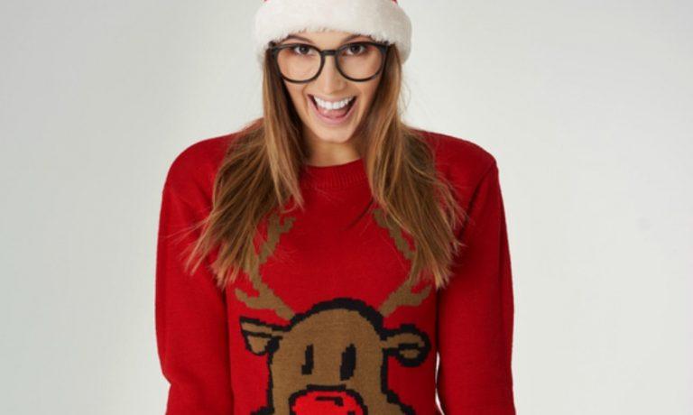 Frau trägt roten Weihnachtspullover