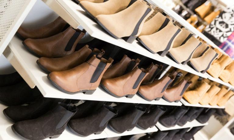 Wie trägt man Chelsea Boots - Schuhregal mit Chelsea Boots in unterschiedlichen Brauntönen