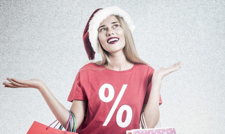 Junge Frau mit Shopping-Tüten und Prozente-T-Shirt