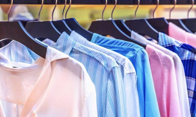 mehrere blusen an Kleiderstange