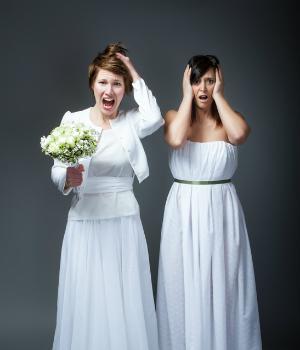 hochzeit kleidung no go - Braut und Gästin in weißem Kleid