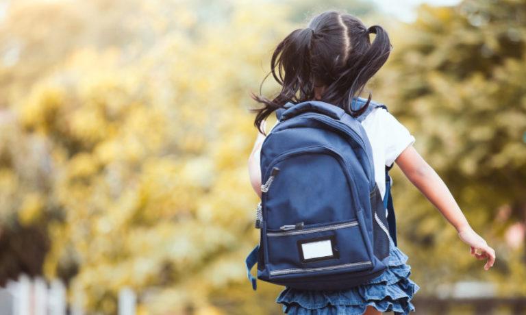 Mädchen welches ein Rucksack trägt