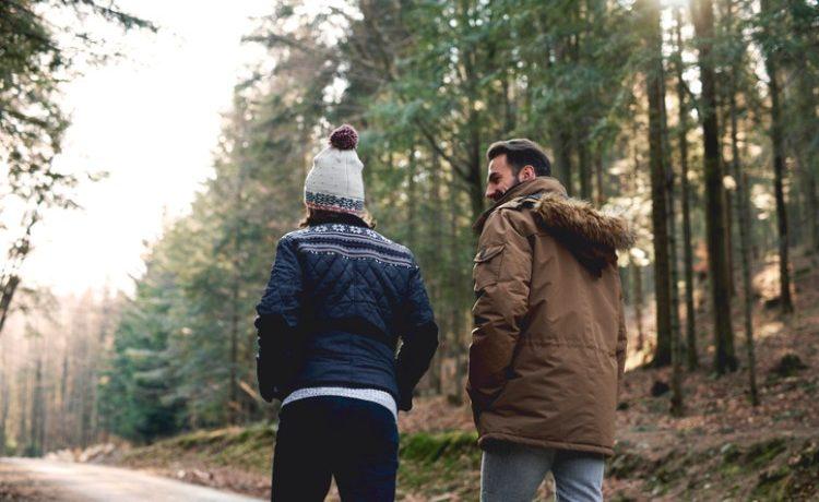 Vater und Sohn beim Spaziergang