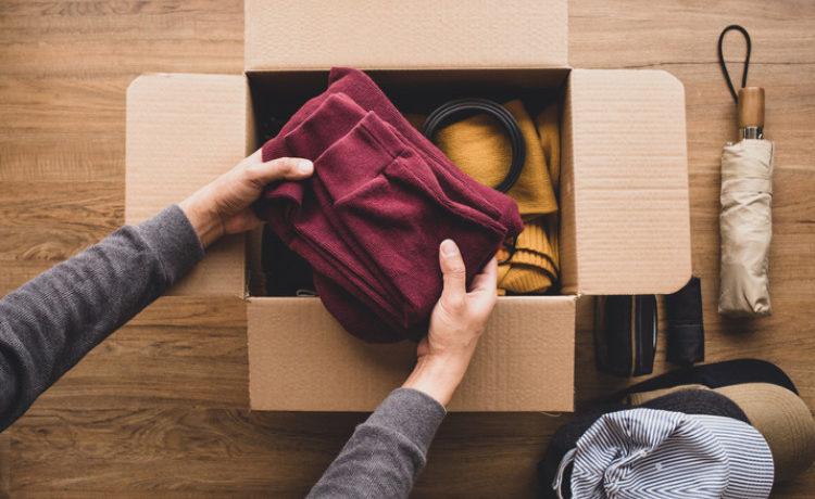 Alte Kleidung wird im Karton verstaut