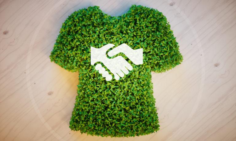 Ein Oberteil aus Rasen mit zwei sich schüttelnden Händen darauf