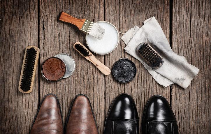 Schuhe und Putzutensilien