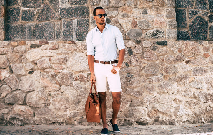 Mann in kurzer Hose und Hemd