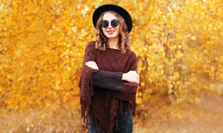 Trendfarben im Herbst - Model vor Herbstlaub