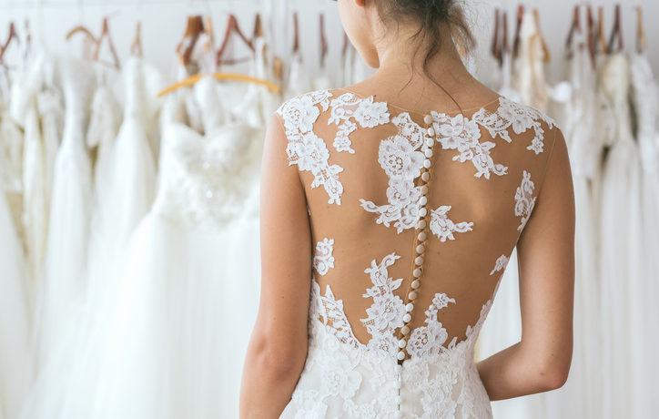 Braut probiert Hochzeitskleid an