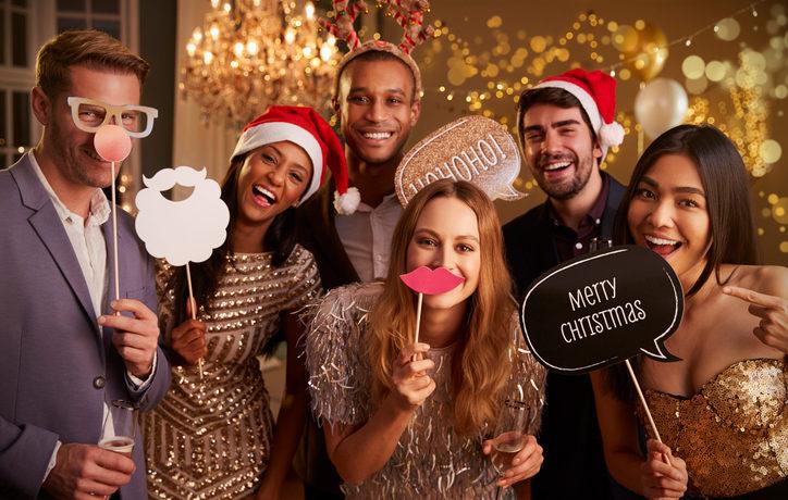 Gruppe von Leuten, die für ein Foto auf Weihnachtsfeier posen