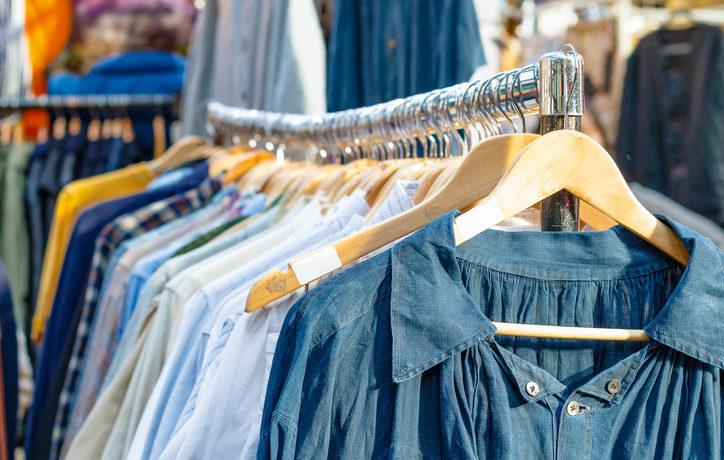 second-hand-Kleidung auf einer Kleiderstange