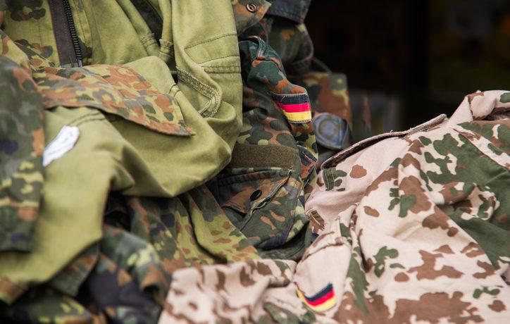 Ein Haufen Camouflage Kleidung