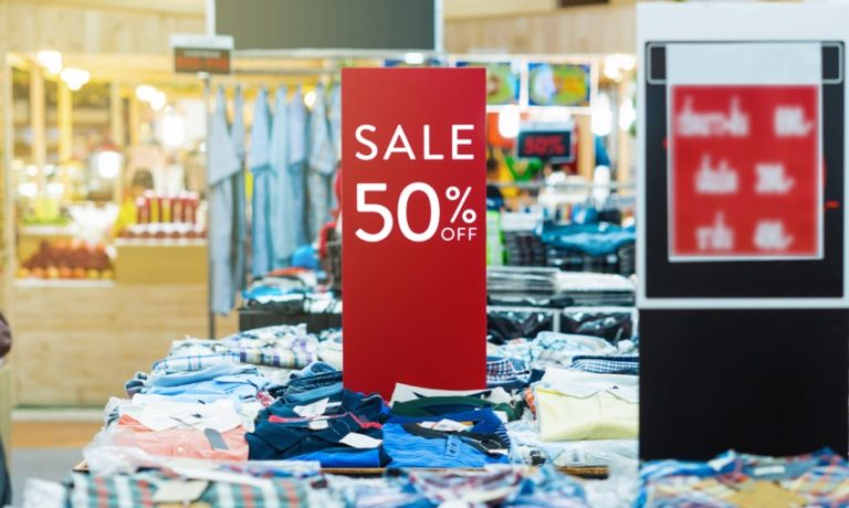 50 % Sale Schild in einem Klamottengeschäft