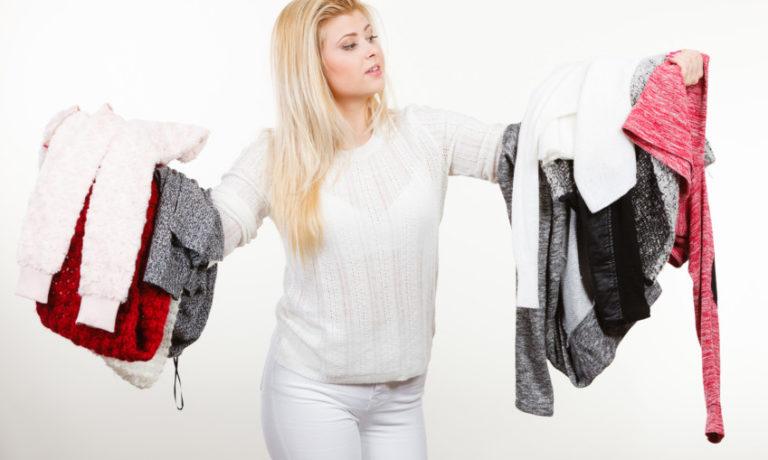 Frau entrümpelt Kleiderschrank