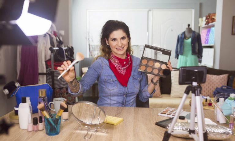 Make-Up Influencerin filmt sich und schminkt sich gerade