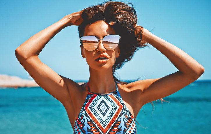 Frau im Bikini mit Sonnenbrille