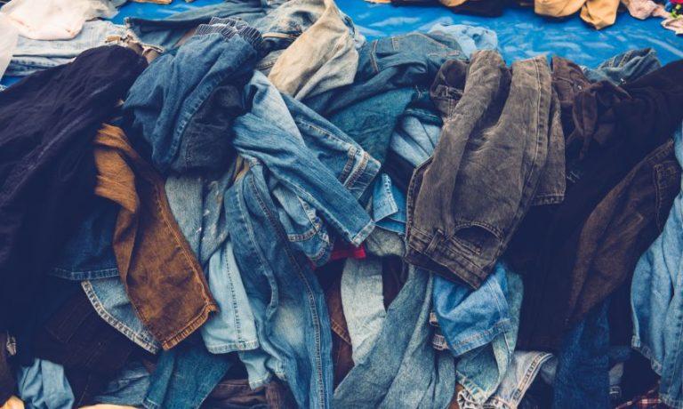 Kleidung auf einem Haufen