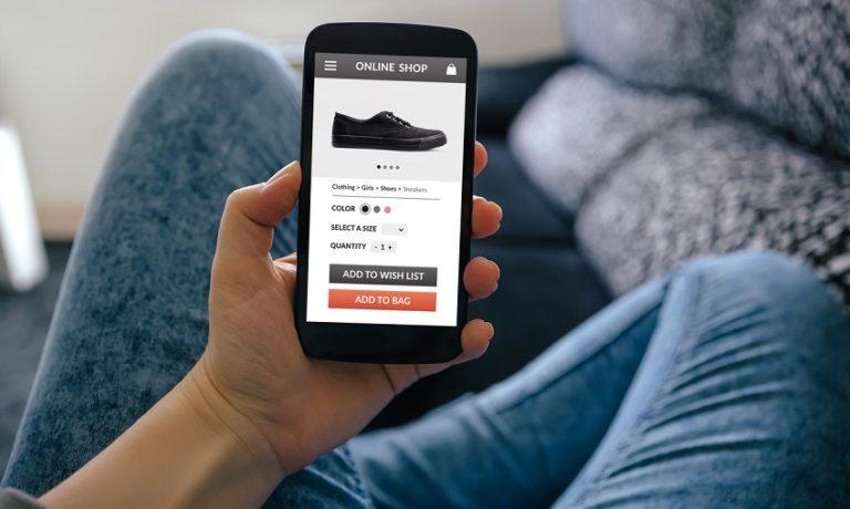 Person shoppt online mit seinem Smartphone