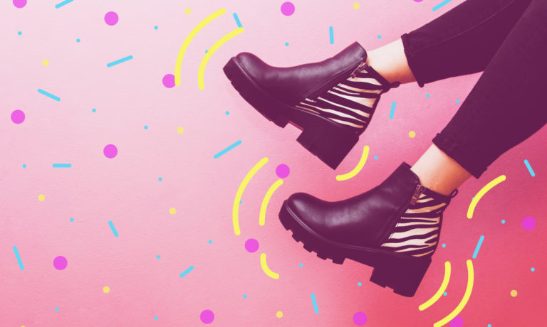 Schuhe einer Frau im 90er Stil