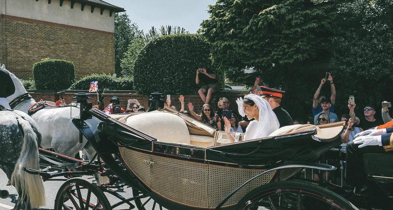 Meghan Markle im Brautkleid in einer Kutsche