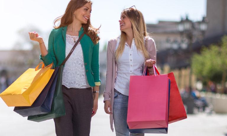 2 Frauen die Einkaufen waren