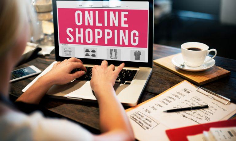 Frau am Laptop beim Onlineshopping
